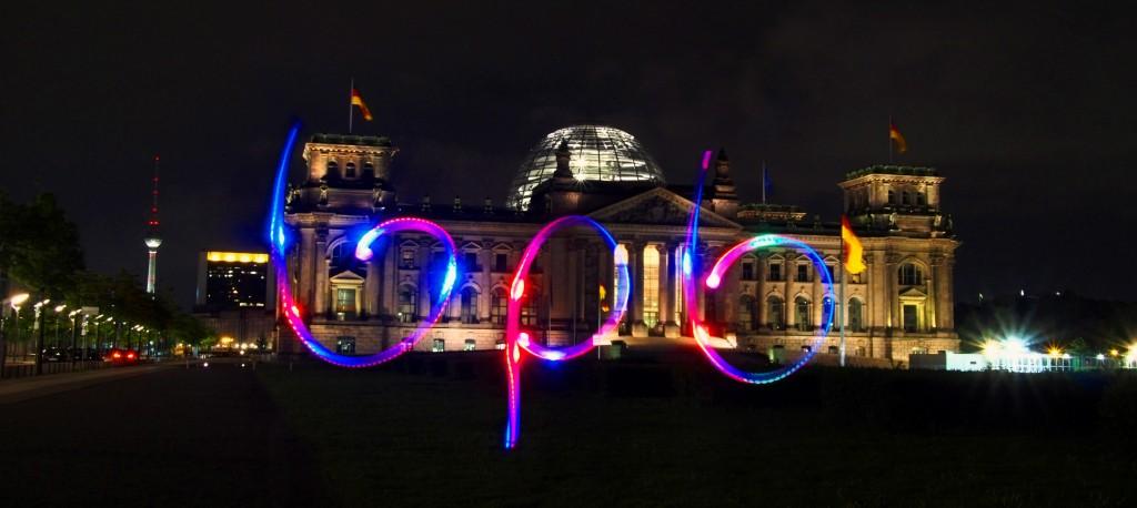 bpb (Bundeszentrale für politische Bildung) Schriftzug vor dem Reichstagsgebäude in Berlin, Fotograf: Ulrich Tausend